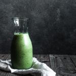 grøn smoothie med grønkål og stikkelsbær