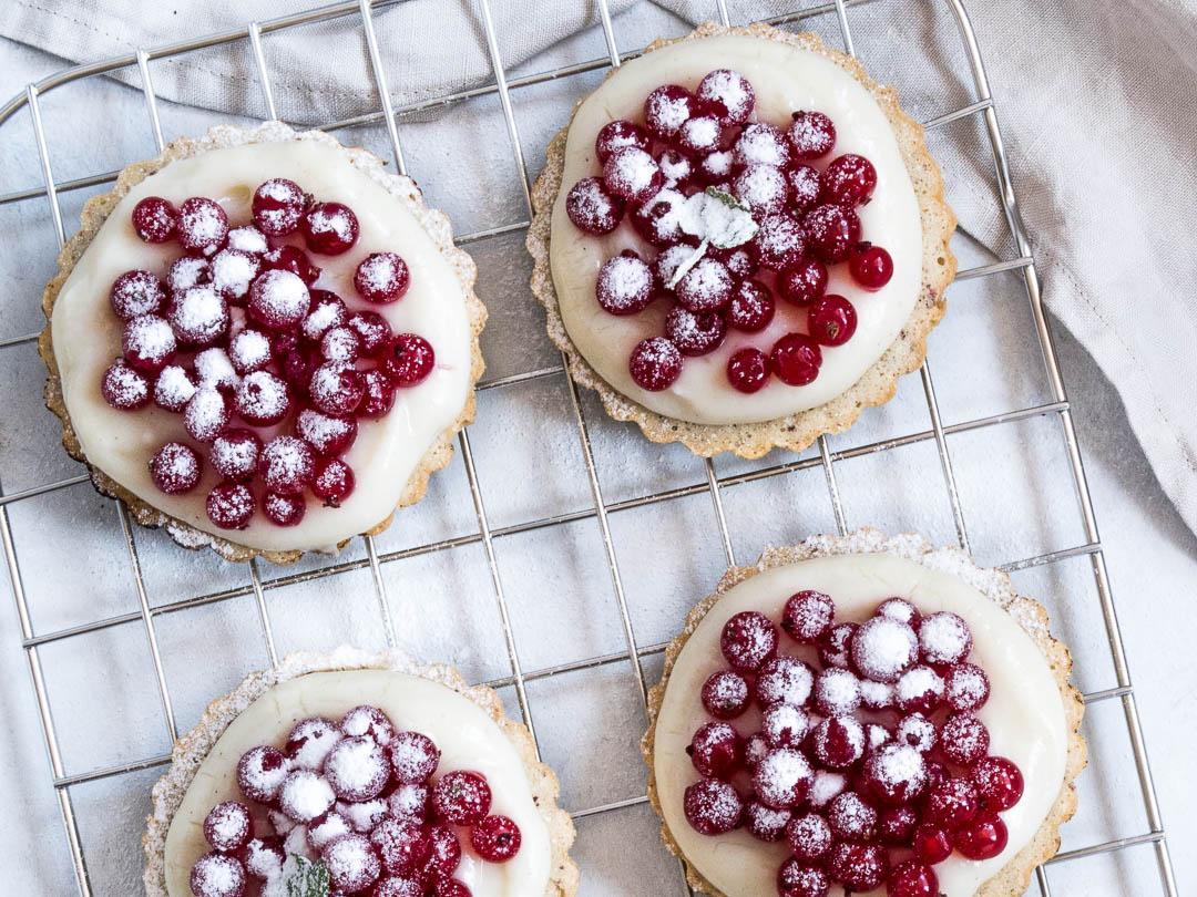 Små sommertærter med vaniljecreme og ribs på nøddebund | opskrift på sommerdessert