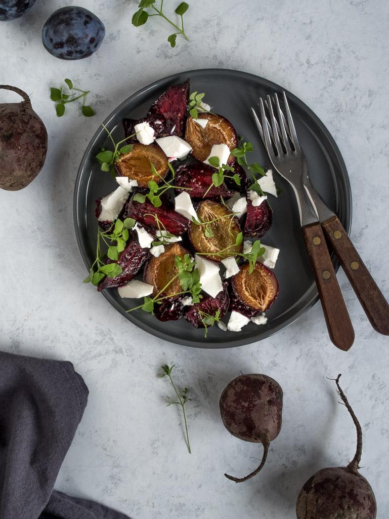Bagte rødbeder med sveskeblommer, brombærindkog og feta - opskrift på rødbedesalat