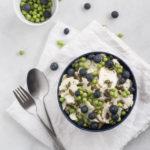 Blomkålssalat | Opskrift på sommersalat med friske ærter, blåbær og ristede græskarkerner