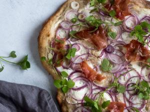 Flammkuchen - tysk pizza med rødløg, creme fraiche og seranoskinke