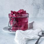 Skovbær-rødbede nicecream med æble og honning