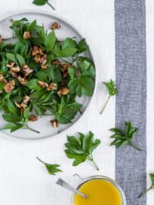 Skvalderkålssalat   Salat med skvalderkål og honningristede valnødder