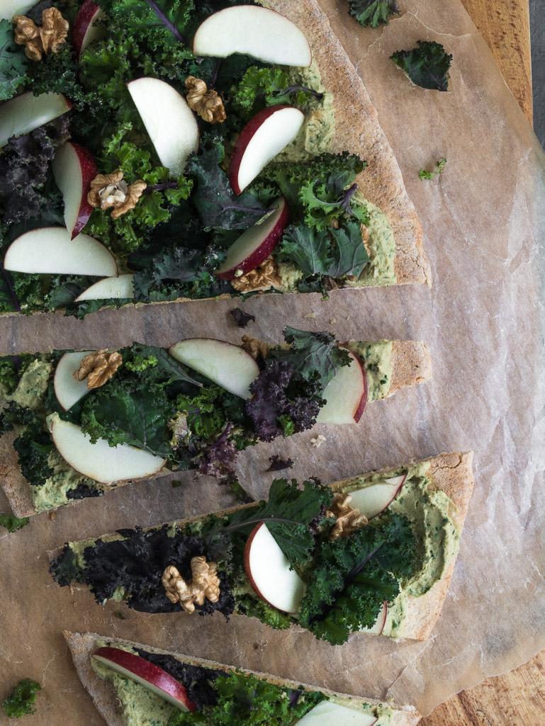 Hummus-pizza med grønkål og æble - opskrift på vegetarisk pizza