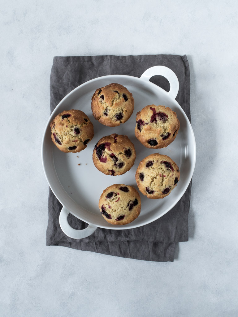Brombærmuffins med marcipan - opskrift