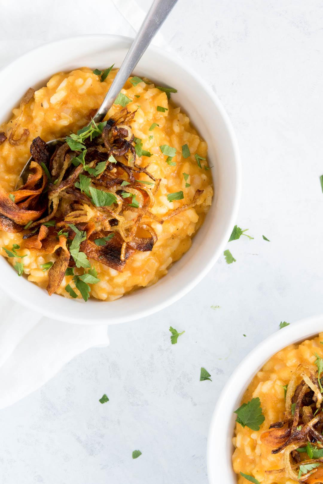 Opskrift med risotto med gulerødder og stegte løg