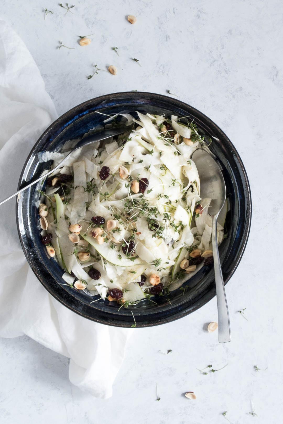 Pære-knoldsellerisalat med karse og ristede hasselnødder - opskrift