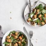Italienske parmesanboller i spinatsalat og med tomattapenade - opskrift med kødfri fars