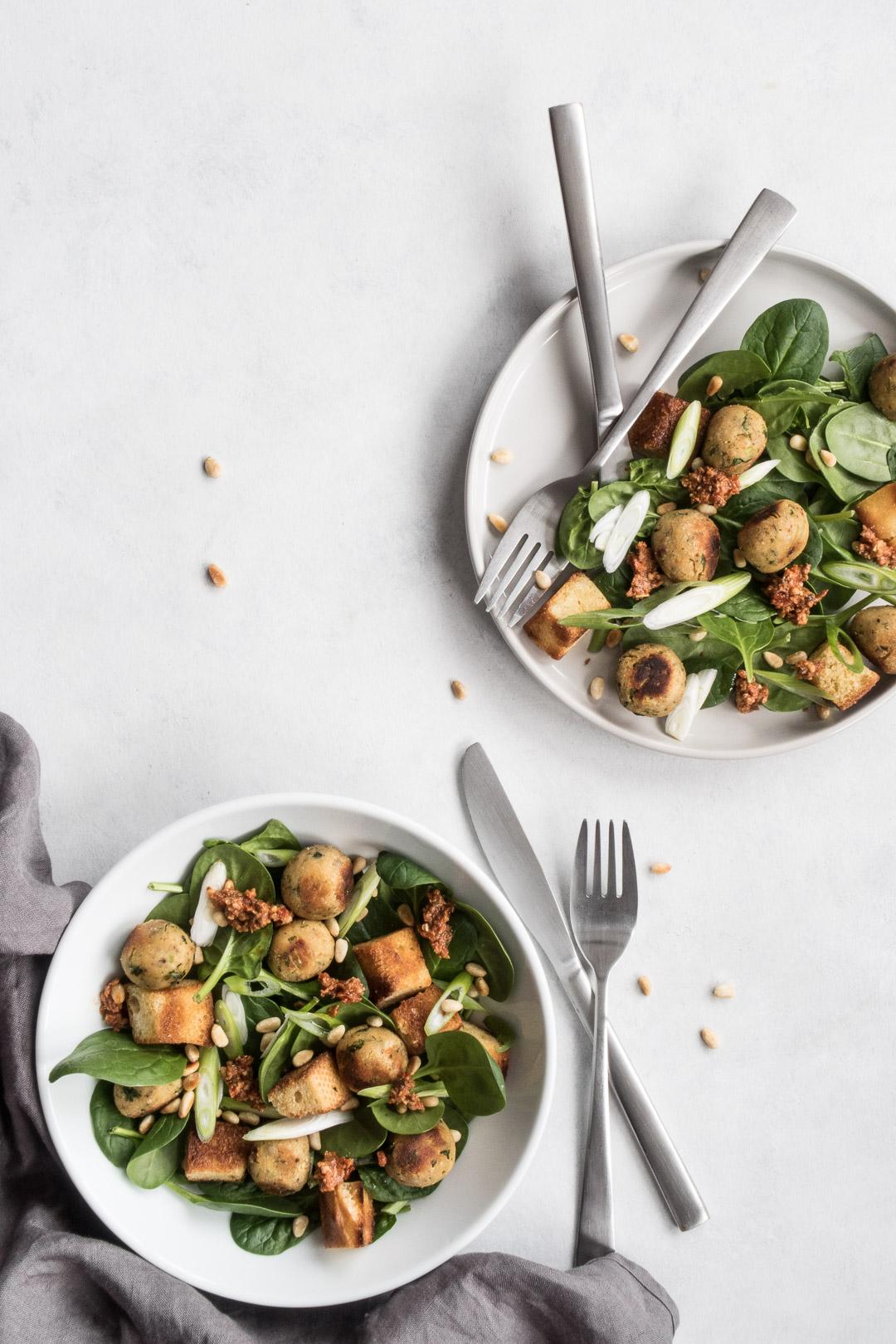 Italiensk-inspireret parmesanboller i spinatsalat og med tomattapenade - opskrift med kødfri fars