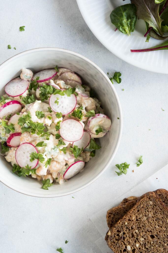 Salat med kikærter og radiser - opskrift på cremet salat til sandwich eller madpakke