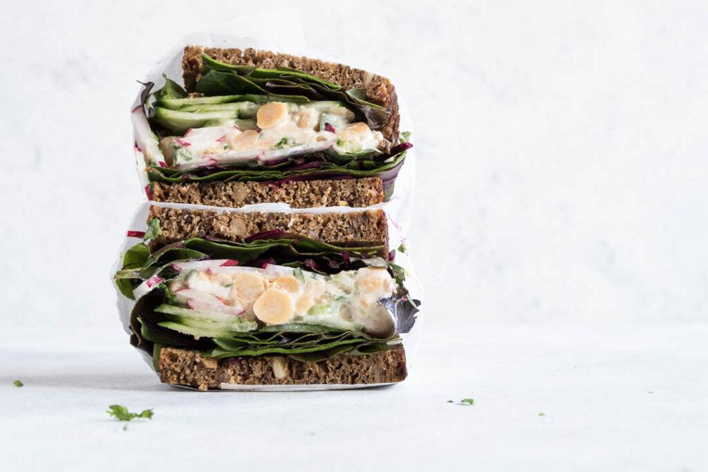 Rugbrød med kikærtesalat - opskrift på vegetarisk pålæg