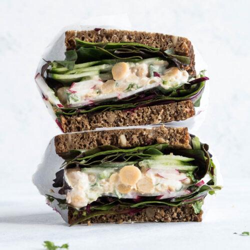 Rugbrødssanswich med kikærtesalat - opskrift på vegetarisk madpakke