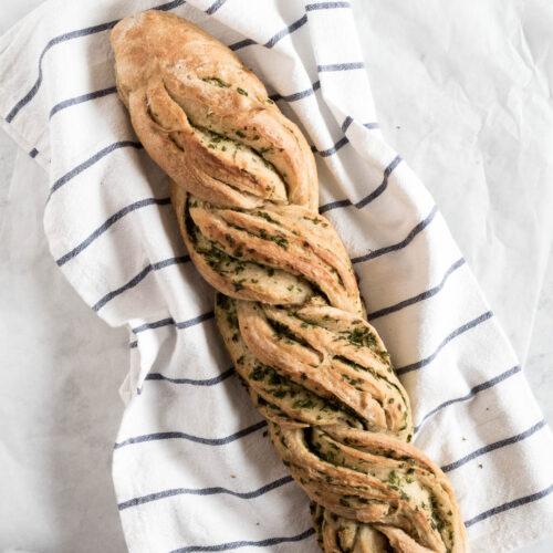 Snoet brød med hvidløgssmør - opskrift på hvidløgsbrød til grillmaden