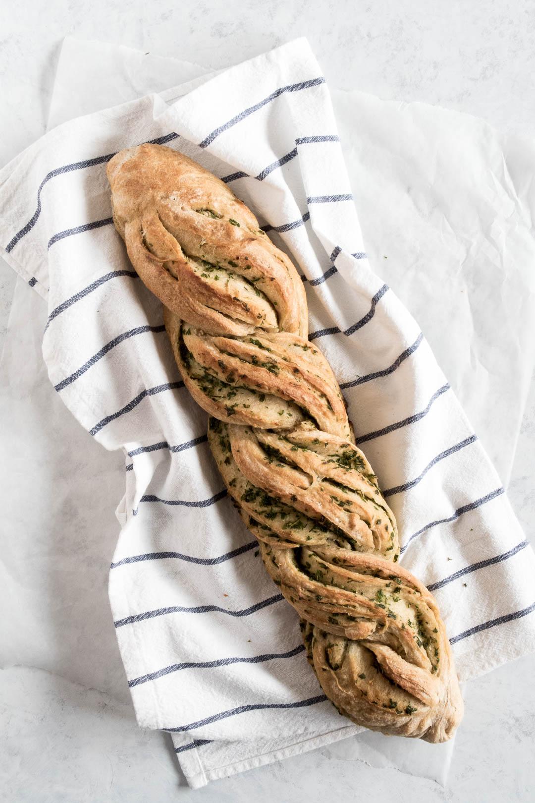 Hvidløgsbrød - opskrift på hvidløgsflute, snoet brød med hvidløgssmør