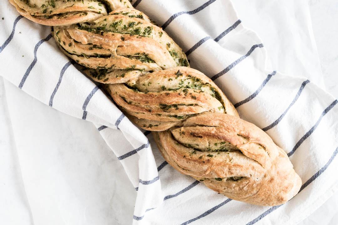 Krydderurtebrød - opskrift på snoet brød, hvidløgsbrød, hvidløgsflute, flute