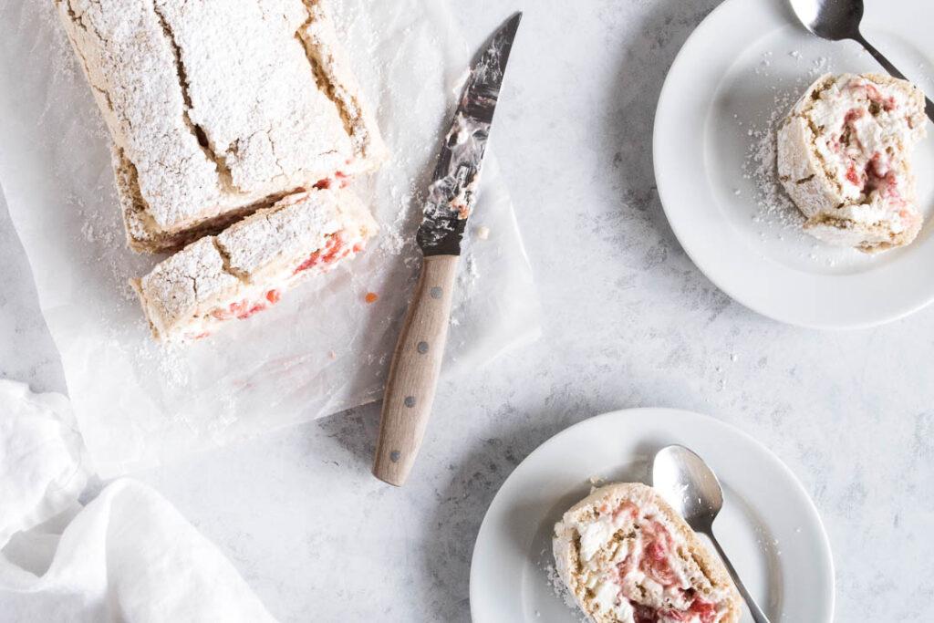 Sprød roulade med blommekompot - opskrift på blommekage