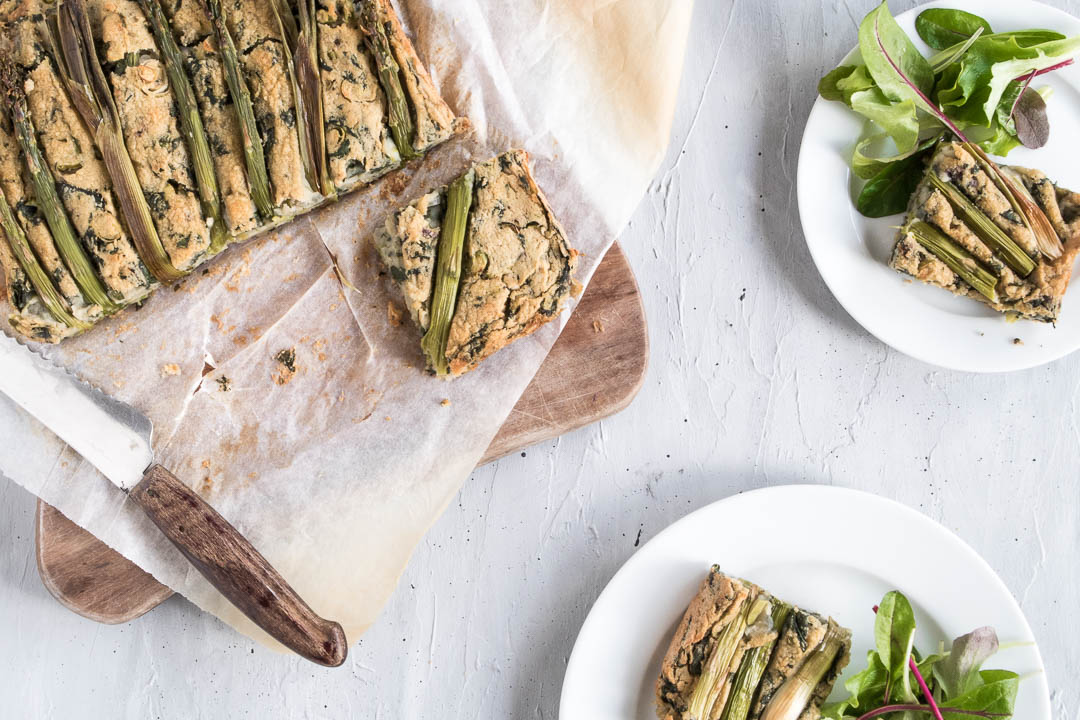 kikærte-quiche med asparges, forårsløg og spinat - vegetarisk opskrift