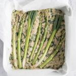 Kikærte-fritatta eller kikærte-quiche med asparges og forårsløg - æggefri opskrift