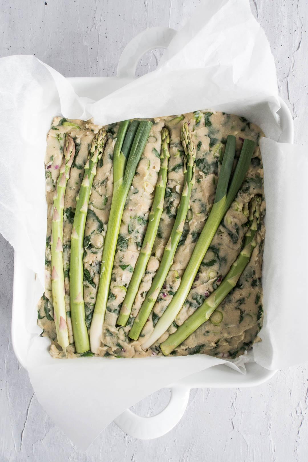 kikærte-quiche eller frittata med asparges - æggefri opskrift