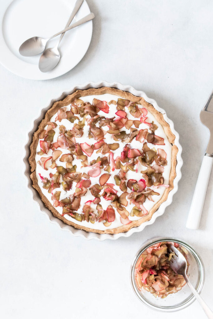 Råsyltede rabarber i tærte - dessert med rabarber