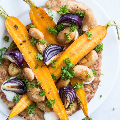 naan med nye bagte gulerødder, løg og bønner - opskrift