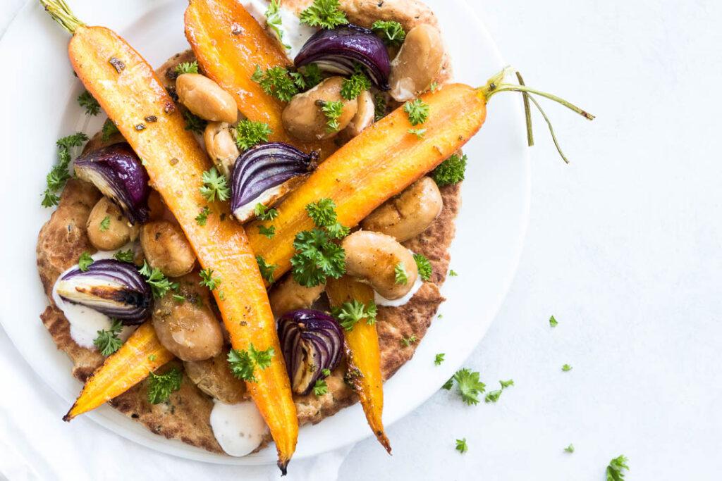 Honningbagte grøntsager på naan brød - opskrift på bagt sommergrønt