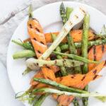 Grillede sommergrøntsager - grillede gulerødder, asparges og forårsløg