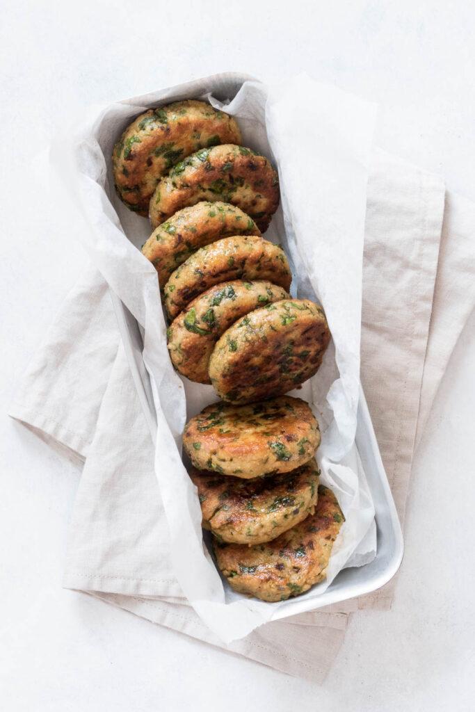 vegetariske krebenitter - opskrift på kikærtekrebinetter med krydderurter