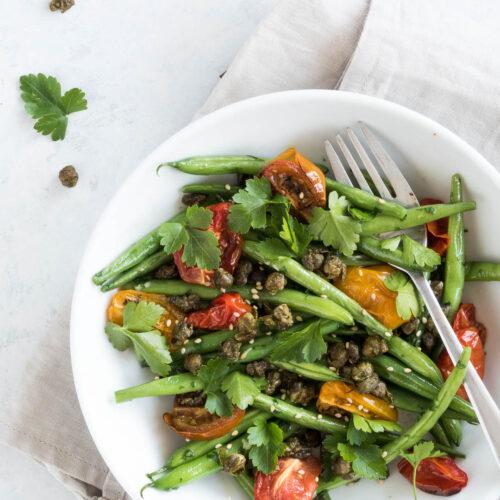 Bønnesalat med tomater - opskrift på stegt bønnesalat