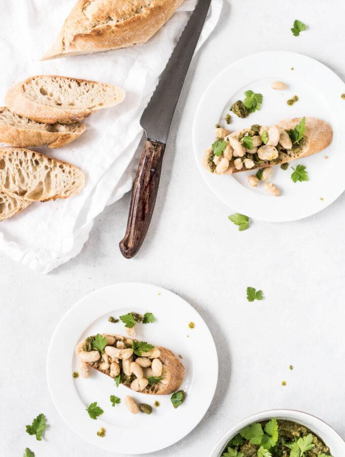 Bruschetta med pesto og stege hvide bønner - opskrift på nem forret