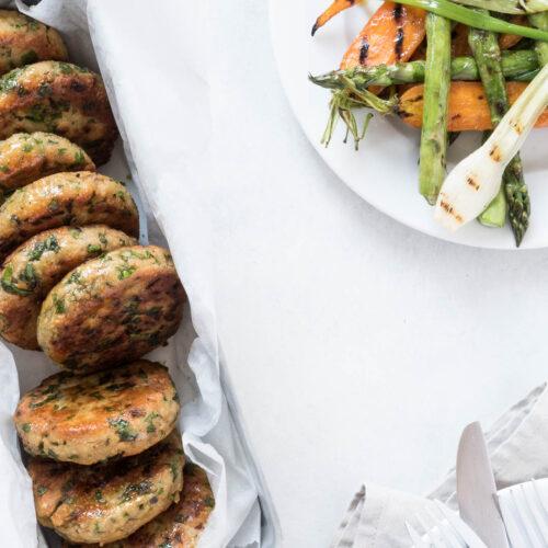 Kikærtekrebinetter - vegetariske frikadeller med urter og sommergrønt