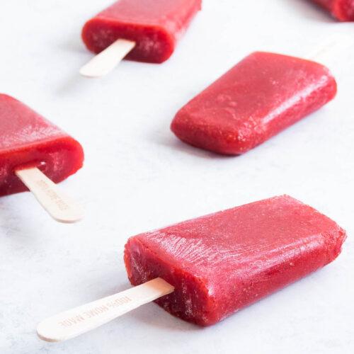 Jordbærispinde - nem opskrift på hjemmelavede ispinde med bær og honning