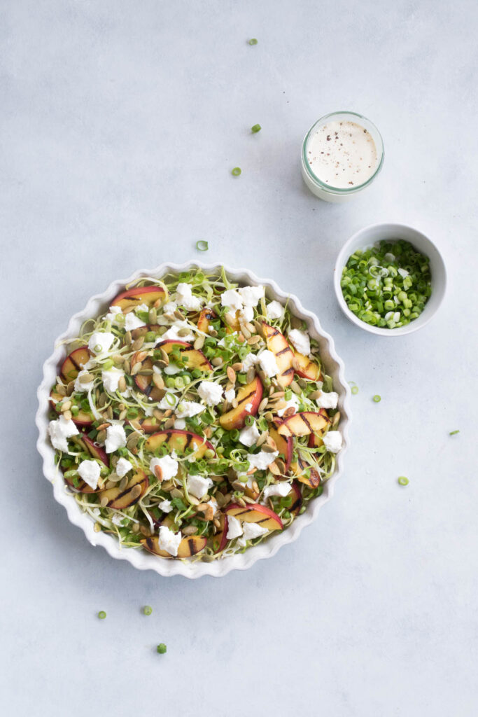 Salat med nektariner og kål - opskrift på grillede nektariner i sprød salat