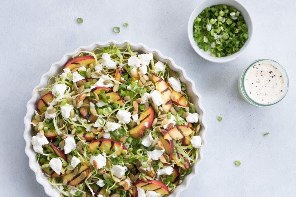 Spidskålssalat med grillede nektariner og feta - opskrift på salat med nektariner