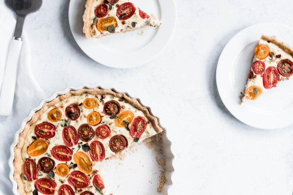 Madtærte med tomater - opskrift på tomattærte med fuldkornstærtebund og ricottafyld
