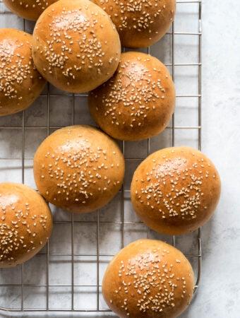 Brioche boller med hvid fuldkornshvede - burgerboller
