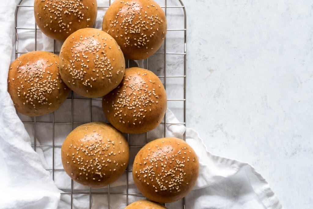 Hjemmelavede burgerboller  ala brioche - opskrift på grove brioche boller