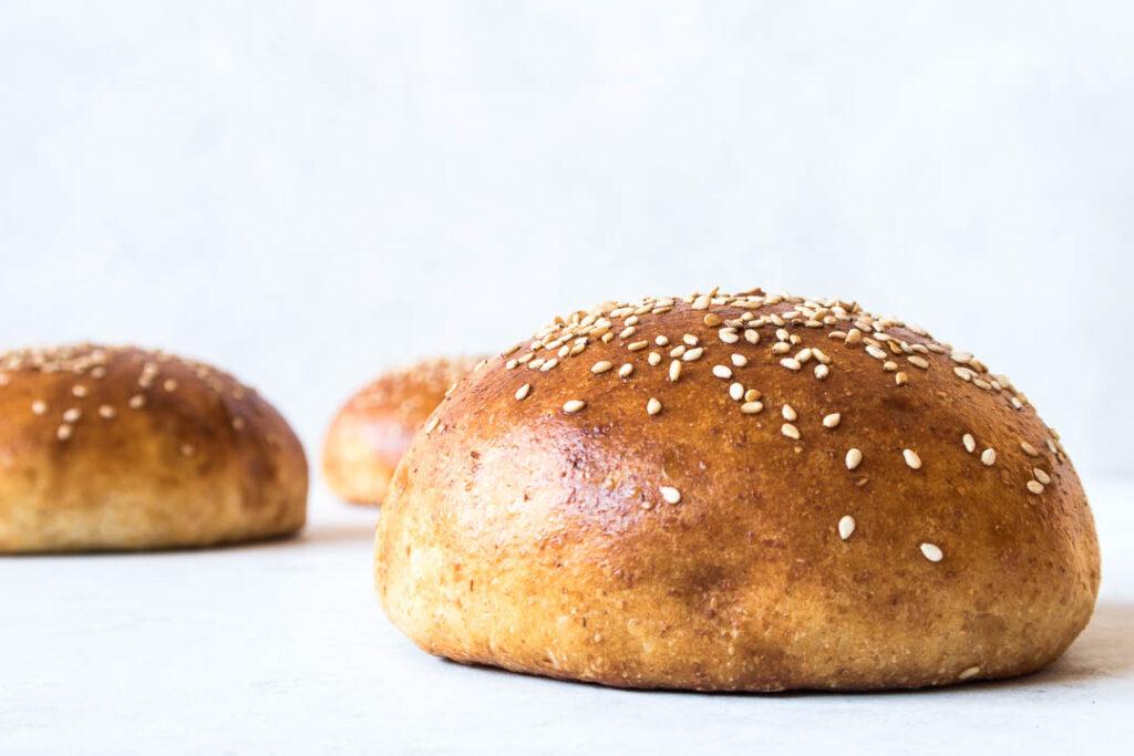 Hjemmelavede burgerboller - store burgerboller med smør og drysset med sesam - opskrift