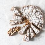 Konfektkage - opskrift på lækker julekage med nødder og tørret frugt