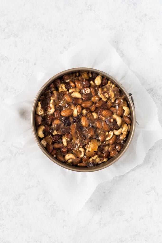 Opskrift på konfektkage med kanel, nødder og tørret frugt