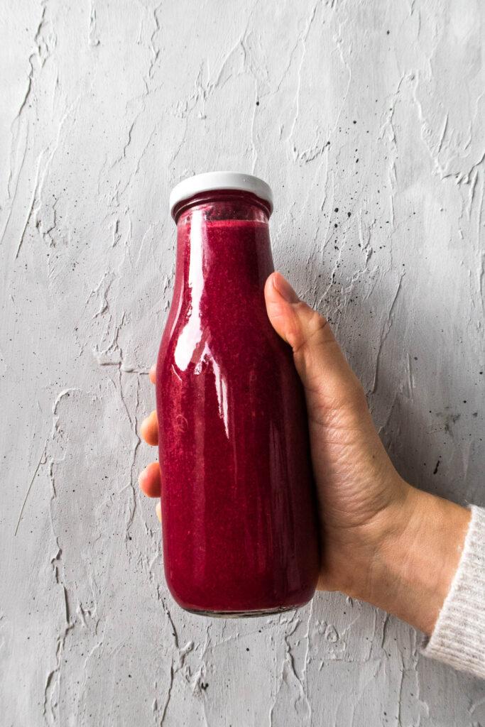 Rødbedesmoothie med ingefær og bær