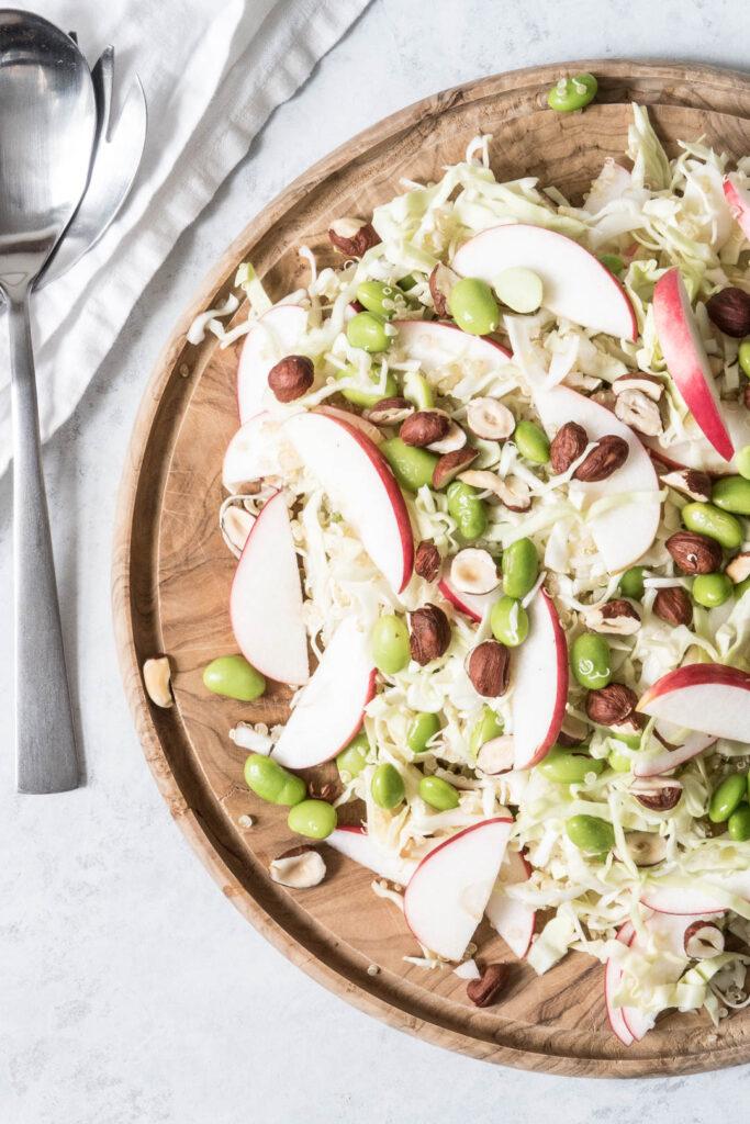 Quinoasalat med spidskål, æble og edamamebønner - opskrift