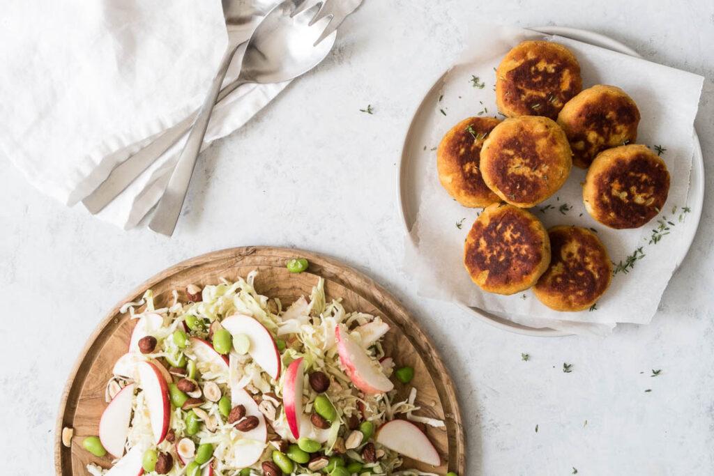 Vegetar kartoffeldeller med quinoasalat med kål og æbler
