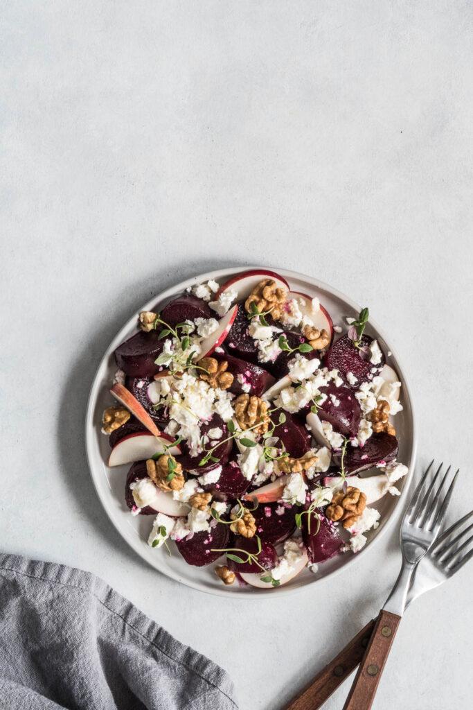 Salat med rødbede, æble, valnødder og feta - opskrift