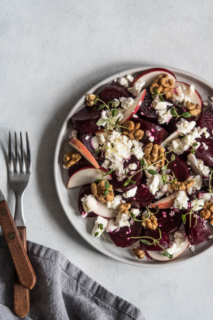 Rødbedesalat med feta og timian - opskrift på salat med rødbede og æble