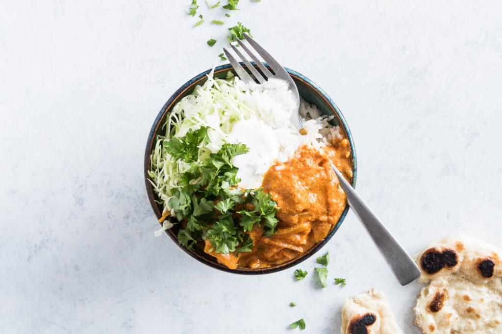 Indisk gryderet med kylling og naanbrød - opskrift