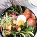 Forårssalat med spidskål, asparges og røget laks