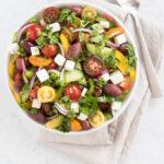Græsk salat med solmodne tomater, peberfrugt, agurk, feta og oliven