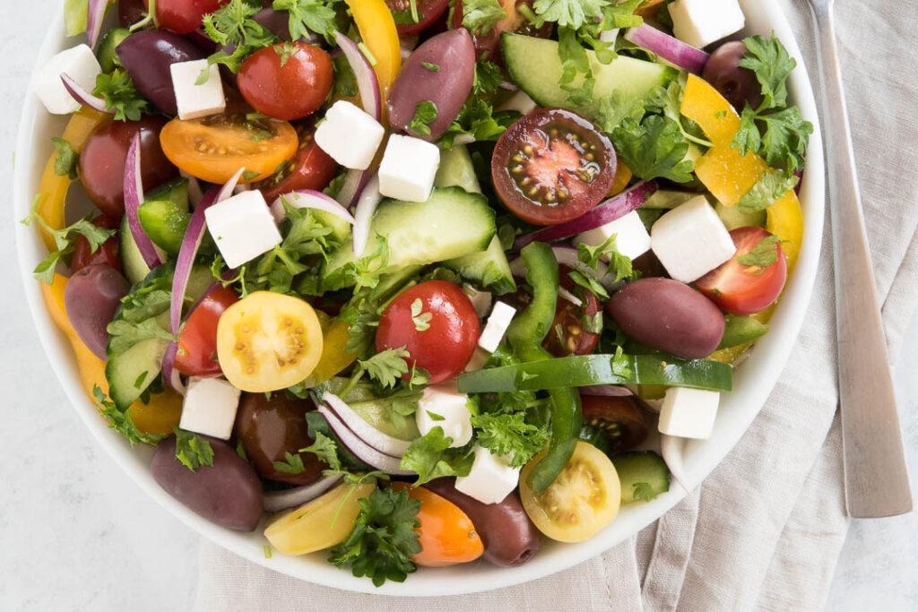 Sommersalat - opskrift på salar med tomater, peberfrugt, agurk, feta og persille