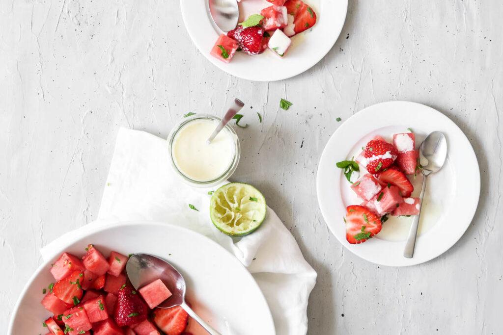 Vandmelon-jordbær salat med lime og mynte - opskrift